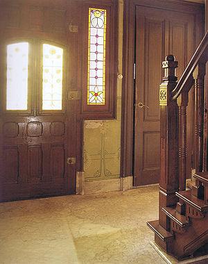 interieur de gedecoreerde voordeur met daarachter de hal en het trappenhuis bron koldeweij e binnen bij boeren wonen en werken in historische