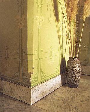 interieur de witmarmeren vloer en plinten met daarboven de in ton sur ton uitgevoerde sjabloonschilderingen op de wanden bron koldeweij e binnen bij
